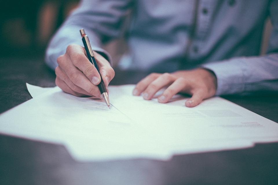 Sprawdzanie stanu prawnego nieruchomości tak naprawdę zaczyna się od księgi wieczystej